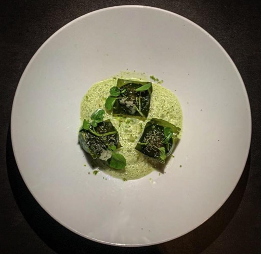 monocromo verde con pepino, miso, estragón y una granita de cumbava