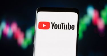 YouTube suspende temporalmente, desmonetiza OANN