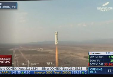 Jeff Bezos y otros 3 aterrizan de forma segura después de un vuelo espacial con Blue Origin